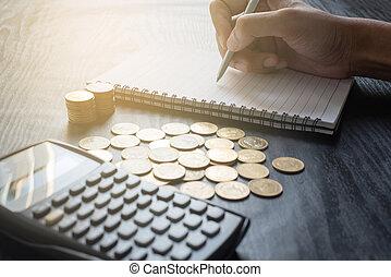 pièces, commercialisation, main, calculatrice, écriture, homme, or, cahier, fin, conception, e-commerce, business, haut, concept, table., finance, stylo, noir