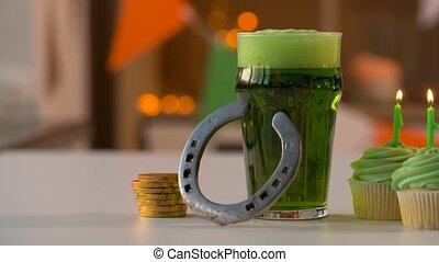 pièces, petits gâteaux, or, bière, fer cheval, verre