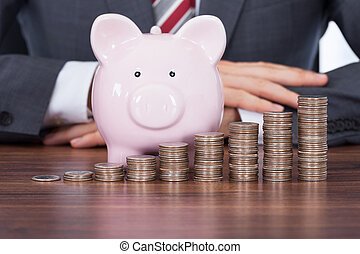 pièces, piggybank, piles, homme affaires, bureau