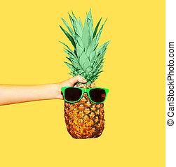 piña, ananas, tenencia, gafas de sol, plano de fondo, amarillo, mano, moda