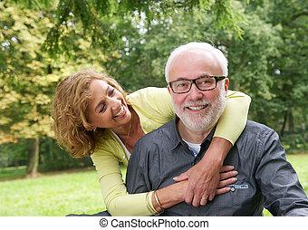 più vecchia coppia, attraente, fuori, ritratto, sorridente