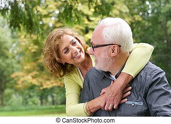 più vecchia coppia, ciascuno, dall'aspetto, altro, fuori, sorridere felice