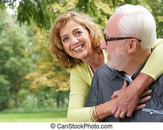 più vecchia coppia, fuori, ritratto, sorridente, amare