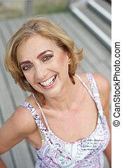 più vecchio, attraente, femmina, fuori, ritratto, sorridente
