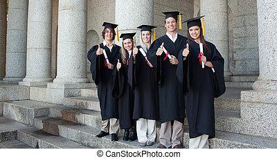 piątka, absolwenci, przedstawianie, kciuk-do góry, szczęśliwy
