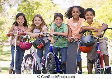 piątka, młody, przyjaciele, z, bicycles, hulajnogi, i, skateboard, na wolnym powietrzu