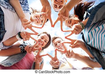 piątka, pokaz, grupa, nastolatki, palec