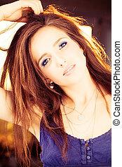 piękna kobieta, światło słoneczne, fason, hair., portret, wzór, czerwony