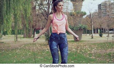 piękna kobieta, atak, park, związać, skokowy