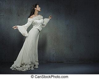 piękna kobieta, chodząc, biały strój, na, niejaki, grungy, ściana