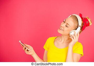 piękna kobieta, cielna, słuchawki, młody, telefon, muzyka, mądry, słucha