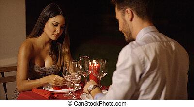 piękna kobieta, głęboki domyślany, stół, wszerz