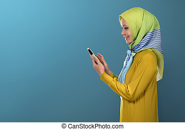 piękna kobieta, jej, muslim, znowu, smartphone, asian, koncentruje, używając