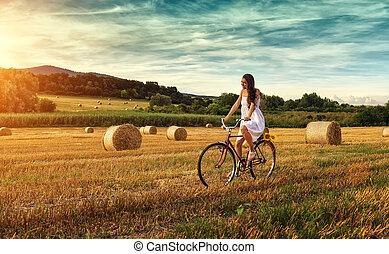 piękna kobieta, kolarstwo, na, na, stary, czerwony, rower, w, niejaki, pszeniczysko