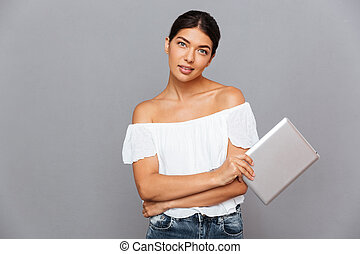 piękna kobieta, komputer, tabliczka, młode przeglądnięcie, aparat fotograficzny, dzierżawa