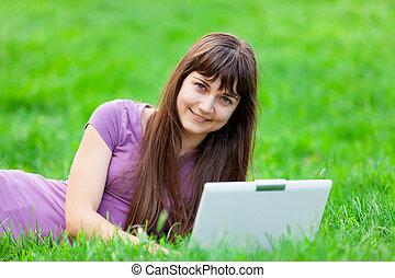 piękna kobieta, laptop, młody, portret, uśmiechanie się, trawa, leżący