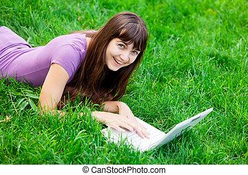 piękna kobieta, laptop, młody, zielony, portret, uśmiechanie się, trawa, leżący