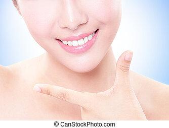 piękna kobieta, młody, do góry, zęby, zamknięcie