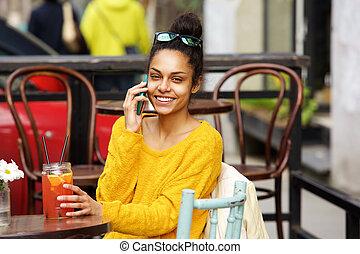 piękna kobieta, młody, komórka głoska, afrykanin, używając, kawiarnia