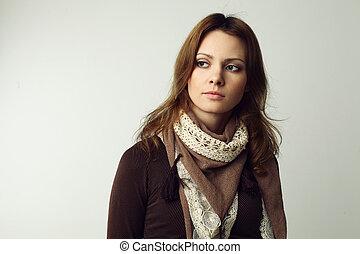 piękna kobieta, na, szare tło