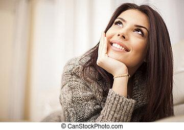 piękna kobieta, odprężając, młody, closeup, portret dom, szczęśliwy
