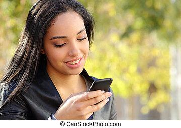 piękna kobieta, park, telefon, pisząc na maszynie, portret,...