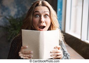 piękna kobieta, posiedzenie, kawiarnia, młody, być w domu, ładny, czytanie książka, szczęśliwy