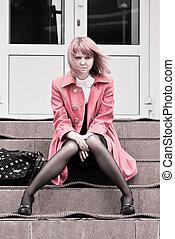 piękna kobieta, posiedzenie na schodkach