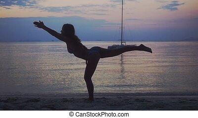 piękna kobieta, poza, yoga, motion., młody, wykonując, ...