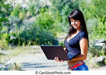 piękna kobieta, pracujący, laptop, młody, hispanic, uśmiechanie się, outdoors.