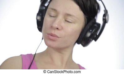 piękna kobieta, słuchający, taniec, lekki, słuchawki, znowu, muzyka, tło
