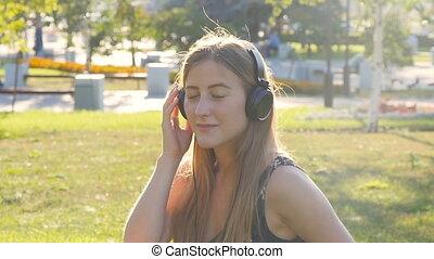 piękna kobieta, słuchawki, młody, muzyka, outdoors, cieszący się