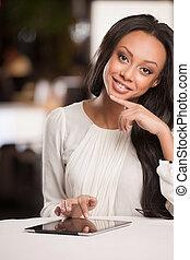 piękna kobieta, schodzenie, pracujący, afrykanin, tablet., ...