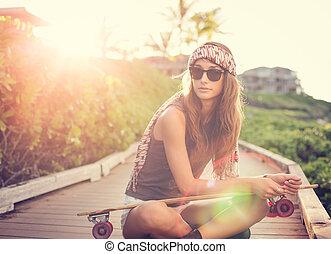piękna kobieta, skateboard, młody