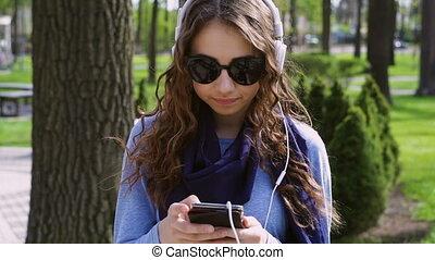 piękna kobieta, smartphone, muzykować słuchanie