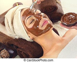 piękna kobieta, spa., odprężając, maska, młody, twarz, zwracający się, zdrój, czekolada, salon