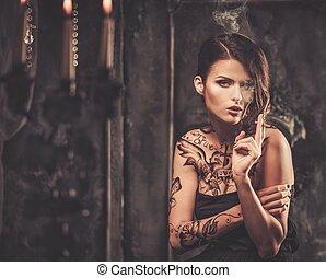 piękna kobieta, stary, spooky, wewnętrzny, palenie, wytatuowany