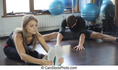 piękna kobieta, stosowność, atleta, czyn, rozciąganie noga, mięśnie, niejaki, człowiek, szczelnie do, jej, student., ona, trener, instructor.