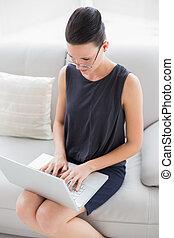 piękna kobieta, ubrany, laptop, dobrze, młody, używając