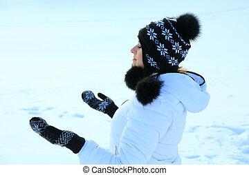 piękna kobieta, w, ciepła odzież, z, śnieg, uchwyt, płatki śniegu