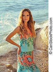 piękna kobieta, w, strój, z, falisty włos, na, morze, plaża, tło, outdoors, portret