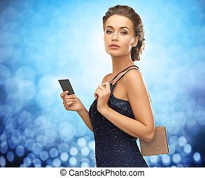 piękna kobieta, w, wieczorny strój, z, vip, karta