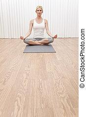 piękna kobieta, w, yoga ustawiają