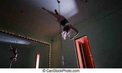 piękna kobieta, wykonując, słup, tancerz, studio