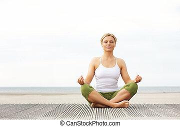 piękna kobieta, yoga, posiedzenie, poza, młody, plaża
