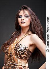 piękna kobieta, z, długi, kędzierzawy włos