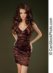 piękna kobieta, z, kędzierzawy włos, przedstawianie, w, elegancki, dress., biżuteria, i, beauty., fason, fotografia studia
