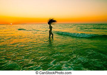 piękna kobieta, z, kudły, na, zachód słońca, na, plaża., perska zatoka, dziewczyna, blisko, ocean, tropikalny, uciekanie się, letnie święto