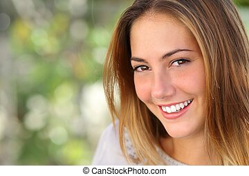 piękna kobieta, z, niejaki, wybielić, doskonały, uśmiech