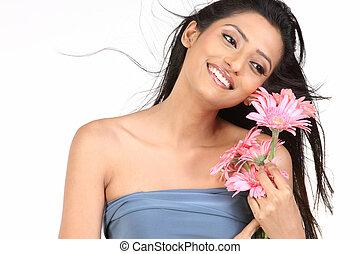 piękna kobieta, z, stokrotka, kwiaty